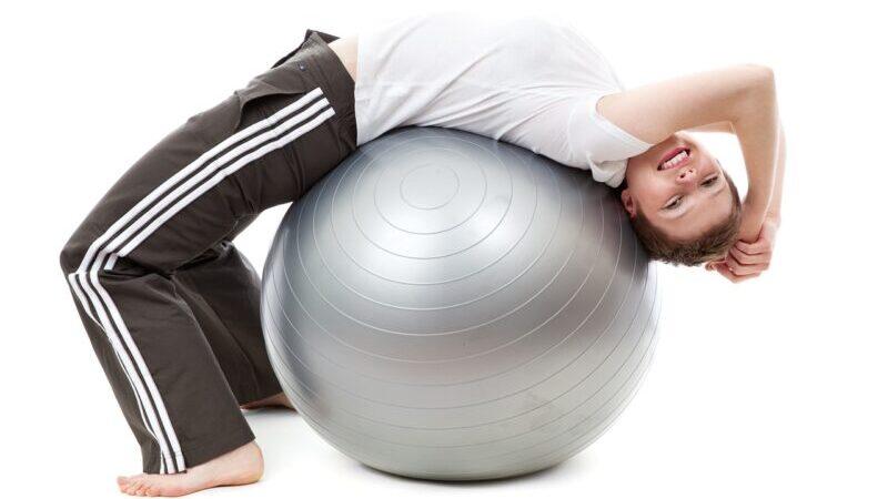 バランスボールに座るだけで体幹を鍛える!猫背、腰痛も劇的改善!